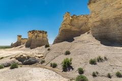 Großartige Ansicht der Kreidepyramiden der Monument-Felsen auf den Hochebenen in West-Kansas stockfotografie