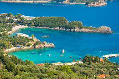 Großartige Ansicht und üppiges Grün von Palaiokastritsa auf der Insel von Korfu, Griechenland Stockfotografie