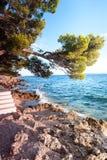 Großartige Ansicht von adriatischem Meer von der Steinklippe in Dalmatien Stockfotografie