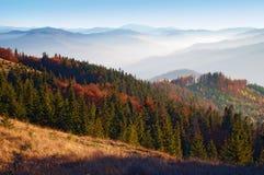Großartige Ansicht von den Hügeln des rauchigen Gebirgszugs bedeckt im Rot Stockbild