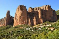 Großartige Ansicht von Dorf Los Mallos de Riglos stockfoto