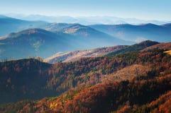 Großartige Ansicht von Hügeln eines rauchigen Gebirgszugs Stockfotos