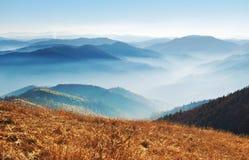 Großartige Ansicht von Hügeln eines rauchigen Gebirgszugs umfasst in w Stockbilder