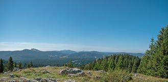 Großartige Ansichten von den Schweizer Jura-Bergen herüber zu den Schweizer/französischen Alpen und zu Mont Blanc im weiten Absta Lizenzfreies Stockfoto
