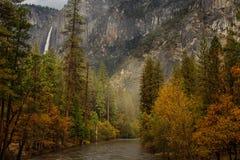 Großartige Ansichten zum Yosemite-Wasserfall in Yosemite-Staatsangehörigem Stockbild