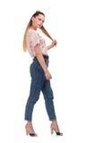 Großartige blonde Haltung auf dem weißen Hintergrund lizenzfreie stockbilder