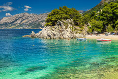 Großartige Bucht und Strand mit Motorbooten, Brela, Dalmatien-Region, Kroatien Stockbild
