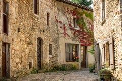 Großartige bunte traditionelle französische Steinhäuser in Perouges, Frankreich Stockfoto