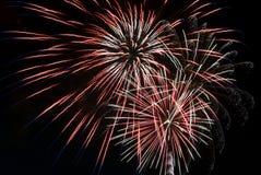 Großartige Feuerwerke gegen schwarzen Himmel Lizenzfreie Stockfotografie