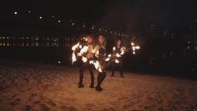 Großartige fireshow Leistung von rollenden Dauben stock video