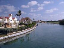 Großartige Häuser entlang dem Wasser auf großartigem Kaiman Lizenzfreie Stockbilder