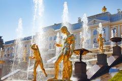 Großartige Kaskade-Brunnen am Peterhof Palast Stockbilder