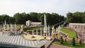 Großartige Kaskade von Brunnen an der Peterhof-Zustands-Museum-Reserve in St Petersburg in der Hintergrundbeleuchtung stock footage