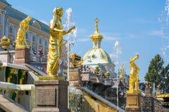 Großartige Kaskade von Brunnen von Peterhof-Palast, St Petersburg, Russland lizenzfreie stockbilder
