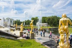 Großartige Kaskade von Peterhof-Palast, St Petersburg, Russland Lizenzfreie Stockfotografie