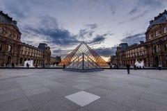 Großartige Louvre-Pyramide und Palast an der Dämmerung Lizenzfreie Stockbilder