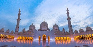 Großartige Moschee in Abu Dhabi an der Dämmerung Lizenzfreie Stockbilder