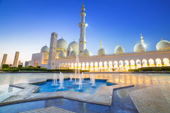 Großartige Moschee in Abu Dhabi nachts Stockfoto