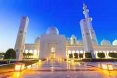 Großartige Moschee in Abu Dhabi nachts Lizenzfreie Stockbilder