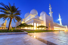 Großartige Moschee in Abu Dhabi nachts Stockbilder