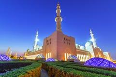 Großartige Moschee in Abu Dhabi nachts Lizenzfreie Stockfotografie