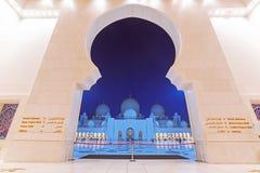 Großartige Moschee in Abu Dhabi nachts Stockfotos
