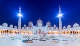 Großartige Moschee in Abu Dhabi nachts Stockbild