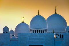 Großartige Moschee mit Haubendetail bei Sonnenuntergang stockfotos