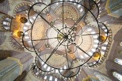 Großartige, schöne Haube und Leuchter in der neuen Moschee (Yeni Cami) stockbild