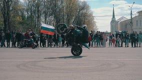 Großartige Stände des Motorradfahrers zuerst auf dem Vorderrad, das scharf und dann unerwartet Gaza bremst, steht auf seinen Hint stock video