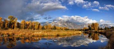Großartige Teton Berge im Herbst mit Reflexionen Stockbild