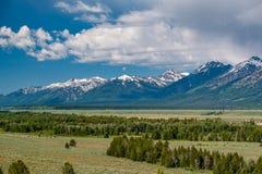 Großartige Teton-Berge mit tiefen Wolken lizenzfreies stockfoto