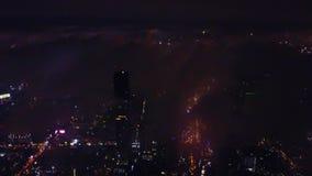Großartige Vogelperspektive von Victoria Harbor, von Wolkenkratzern und von Hong Kong-Skylinen nachts Vogelperspektive von Hong K stock video footage