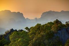 Großartiger Blick auf die Krabi-Provinz von Tiger Cave Monastery Stockfotos