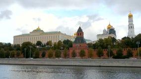 Großartiger der Kreml-Palast, Ansicht über vom Moskva-Fluss in der Tageszeit stock footage