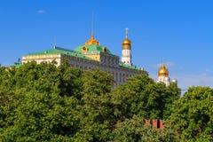 Großartiger der Kreml-Palast auf einem Hintergrund des blauen Himmels am sonnigen Abend Lizenzfreie Stockfotografie