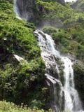 Großartiger Himalajawasserfall verursacht Nebel in einem Wald Lizenzfreie Stockfotos