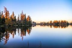 Großartiger Mountainsee Strbske pleso Strbske See mit Spiegelreflexion von Bäumen im See bei Sonnenaufgang lizenzfreie stockbilder