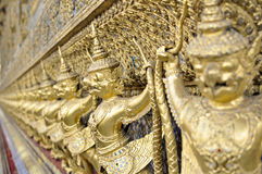 Großartiger Palast Bangkoks - goldene Garuda-Dekoration Lizenzfreie Stockfotos