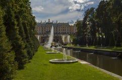 Großartiger Palast und die großartigen Kaskadenbrunnen in Petergof Stockfotografie