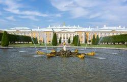 Großartiger Peterhof-Palast und oberer Park in Petrodvorets, St Petersburg, Russland Lizenzfreie Stockbilder