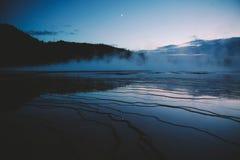 Großartiger prismatischer Frühling Yellowstone in der Dämmerung Lizenzfreies Stockfoto