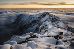 Großartiger Sonnenaufgang in Karpaten-Bergen Stockfoto