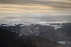 Großartiger Sonnenaufgang in Karpaten-Bergen Stockfotos