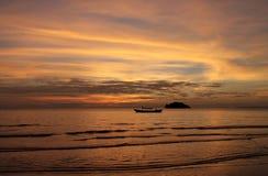 Großartiger Sonnenuntergang über Boot und Meer des langen Schwanzes Stockfotografie