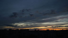 Großartiger Sonnenuntergang über Stadt stock video