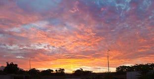 Großartiger Sonnenuntergang über Stadtgebiet Stockbilder