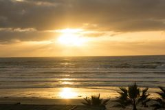 Großartiger Sonnenuntergang vom Surfer-Strand-Hotel stockbild