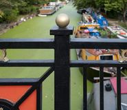 Großartiger Verbands-Kanal in wenigem Venedig, Paddington, London Das Wasser wird in den Grünalgen nach der Sommerhitzewelle, 201 stockfoto
