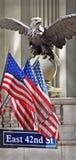 Großartiger zentrales Terminal-Adler u. Markierungsfahnen New York Lizenzfreies Stockfoto